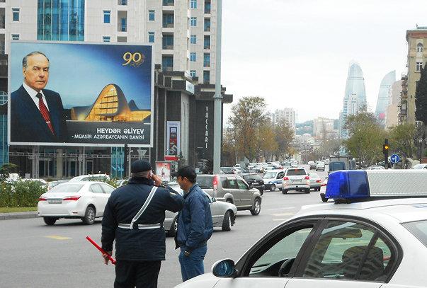 """პოსტერი ბაქოს ერთ-ერთ ქუჩაზე: """"ჰეიდარ ალიევი, თანამედროვე ბაქოს დამაარსებელი"""""""