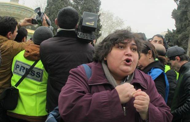 ჟურნალისტი ხადიჯა ისმაილოვა ბაქოში პროტესტის დროს