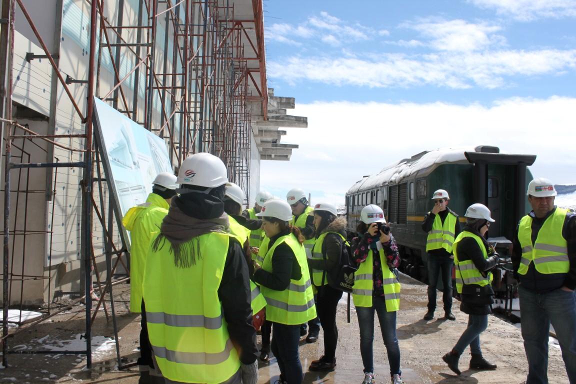 ჟურნალისტები ახალქალაქის ახალ რკინიგზის სადგურში სამშენებლო კომპანიის თანმაშრომლებს ესაუბრებიან