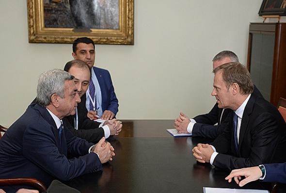 სომხეთის პრეზიდენტი სერჟ სარგსიანი (მარცხნივ) ევროპის საბჭოს პრეზიდენტთან დონალდ ტუსკთან ერთად ბრუსელში