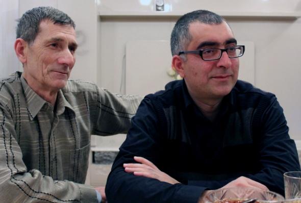 ცნობილი ადამიანის უფლებათა დამცველი ანარ მამადლი (მარჯვნივ) იყო ერთ-ერთი, ვისაც ამნისტია შეეხო