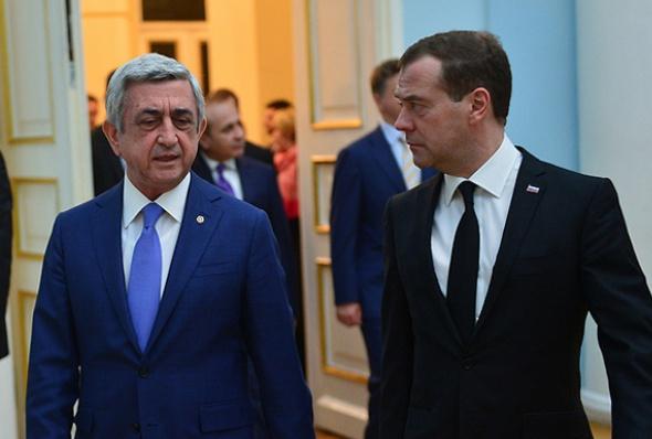 რუსეთის პრემიერ-მინისტრი დმიტრი მედვედევი პრეზიდენტ სერჟ სარგსიანთან 7 აპრილს გამართულ შეხვედრაზე