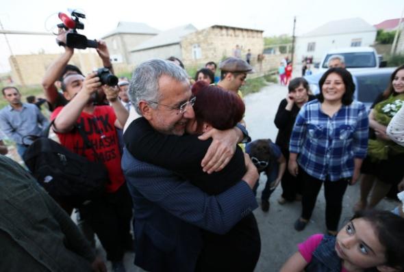 ისმაილოვა ეხვევა ინტიგამ ალიევს, ადამიანის უფლებათა დამცველს და ყოფლი სინდისის პატიმარს, რომელიც ციხიდან 28 მაისს გაათავისუფლეს