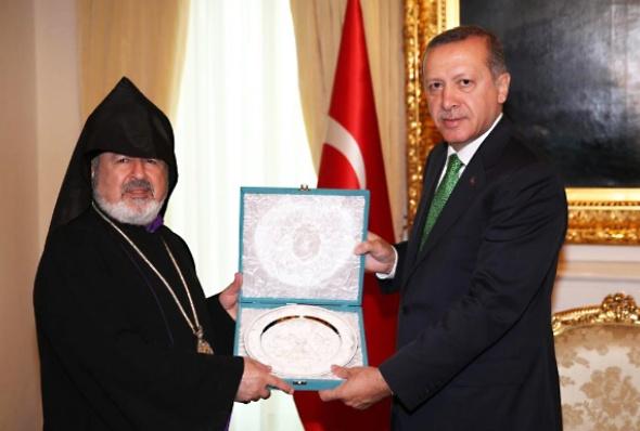 თურქეთში სომხეთის საპატრიარქოს ხელმძღვანელი არქიეპისკოპოსი აშოტ ატაშიანსი და თურქეთის პრემიერ-მინისტრი რეჯეპ ტაიპ ერდოღანი